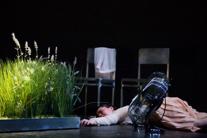 Μια εικόνα απο την παράσταση Το ξύπνημα της άνοιξης.