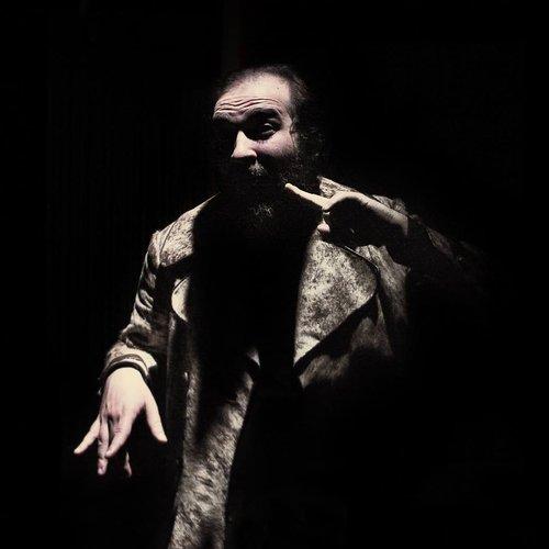 Μια εικόνα απο την παράσταση ΑΝΑΦΟΡΑ - ΕΝΑΣ ΠΙΘΗΚΟΣ ΠΟΥ ΕΓΙΝΕ ΑΝΘΡΩΠΟΣ.