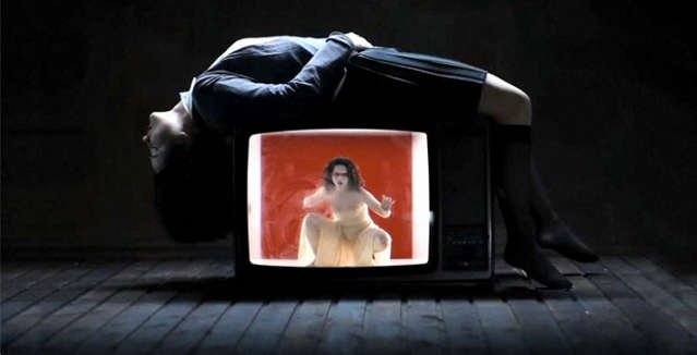 Μια εικόνα απο την παράσταση ATHENS VIDEO DANCE PROJECT.