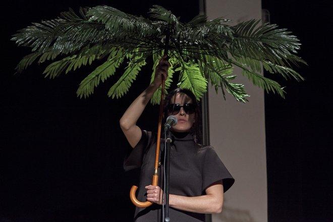 Μια εικόνα απο την παράσταση ΔΑΝΕΙΚΑ ΠΑΠΟΥΤΣΙΑ.