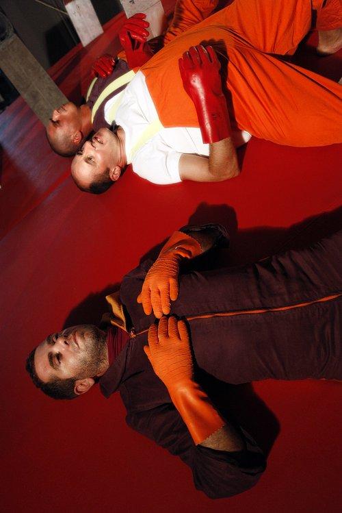 Μια εικόνα απο την παράσταση Εχθροί εξ αίματος.