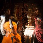 Μια εικόνα απο την παράσταση Η Αφροδίτη με τη γούνα.