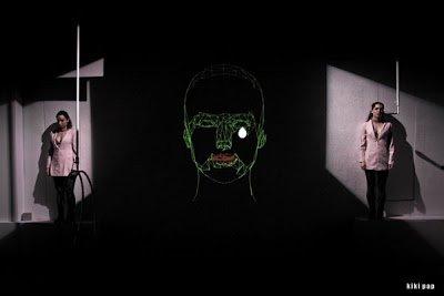 Μια εικόνα απο την παράσταση Η ΑΛΗΘΙΝΗ ΤΑΥΤΟΤΗΤΑ ΤΗΣ ΤΖΙΝΑ ΝΤΕΪΒΙΣ.