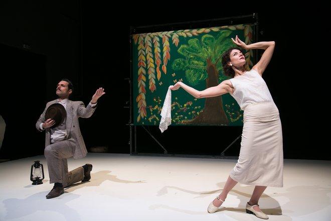 Μια εικόνα απο την παράσταση Η Ωραία του Πέραν.