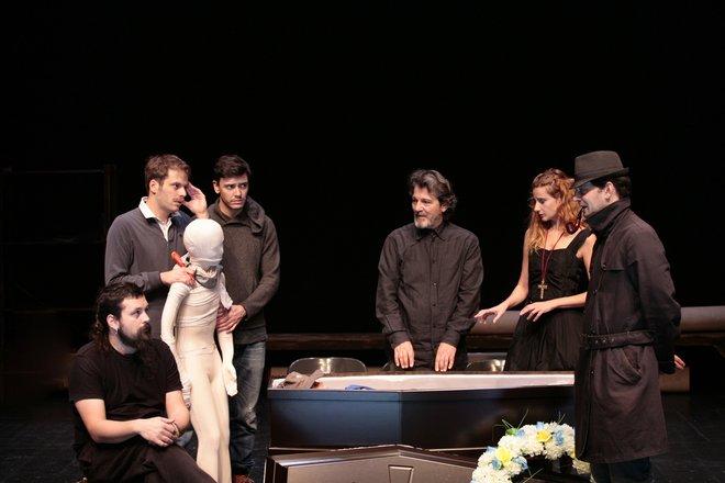 Μια εικόνα απο την παράσταση LOOT - ΤΑ ΛΑΦΥΡΑ.