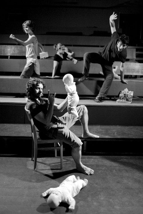 Μια εικόνα απο την παράσταση ΜΑΘΗΜΑΤΑ ΒΙΑΣ - ΜΟΝΟ ΤΗΝ ΑΛΗΘΕΙΑ, ΜΕΡΟΣ ΙΙ.