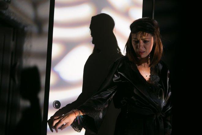 Μια εικόνα απο την παράσταση Με δύναμη από την Κηφισιά.