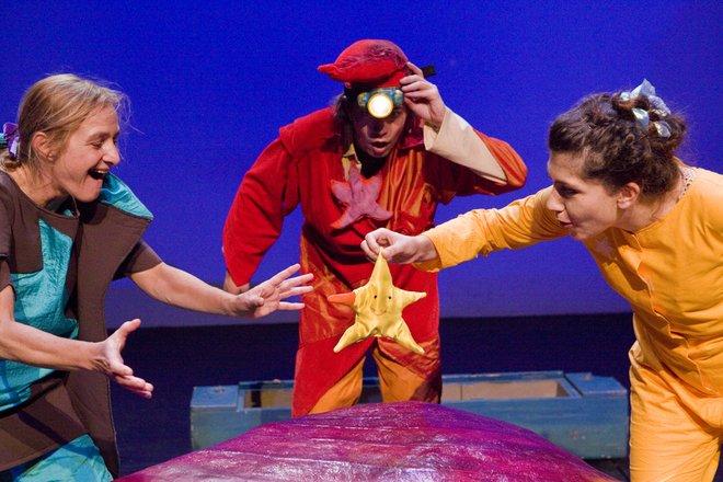 Μια εικόνα απο την παράσταση ΤΟ ΜΕΓΑΛΟ ΜΠΛΟΥΜ ΤΟΥ ΜΠΡΙΛΗ.