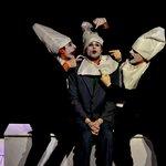 Μια εικόνα απο την παράσταση Μεσοπέλαγα.