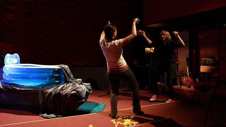 Μια εικόνα απο την παράσταση ΜΠΛΕ: Χωρίς Ζάχαρη Μόνο Αλάτι Παρακαλώ. ΕΕΕΕΤΣΙ!.