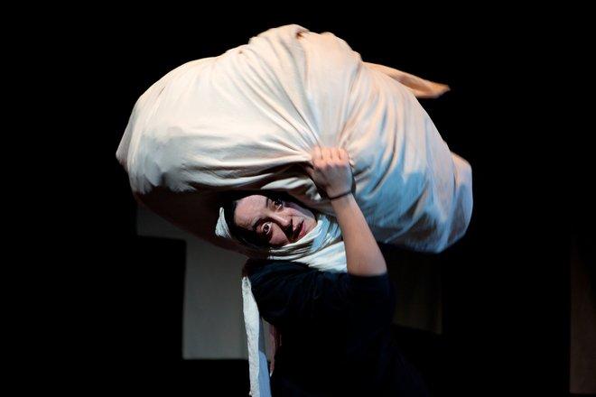Μια εικόνα απο την παράσταση Ο ΔΡΟΜΟΣ ΓΙΑ ΤΟ ΣΠΙΤΙ.