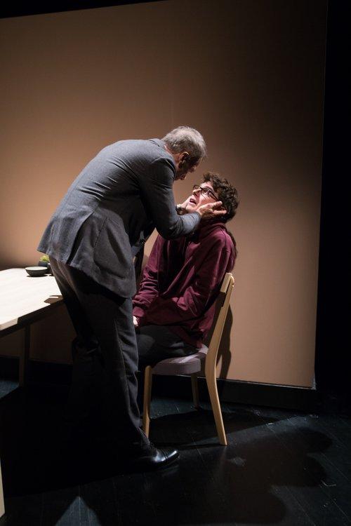 Μια εικόνα απο την παράσταση Ο γιος.