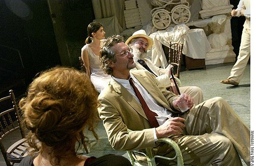 Μια εικόνα απο την παράσταση Ο ΓΛΑΡΟΣ.