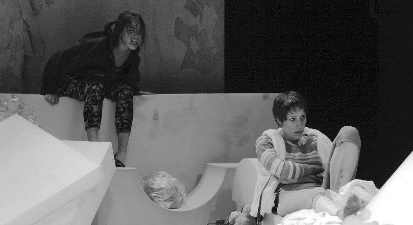 Μια εικόνα απο την παράσταση ΠΑΡΑΣΙΤΑ.