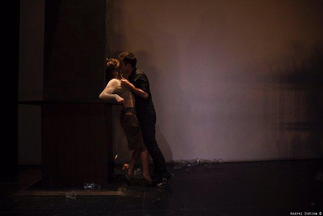 Μια εικόνα απο την παράσταση ΠΑΡΑΣΚΕΥΗ ΠΑΛΙΜΠΑΙΔΙΣΜΟΥ.