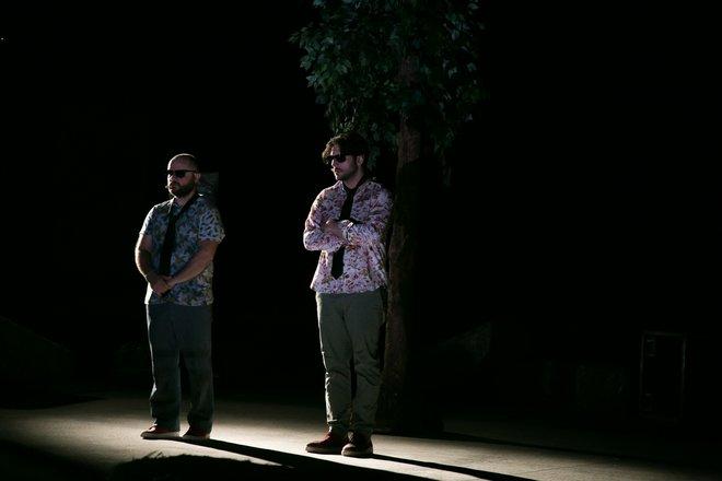 Μια εικόνα απο την παράσταση Πέτρες στις τσέπες του - Καλοκαίρι 2018.
