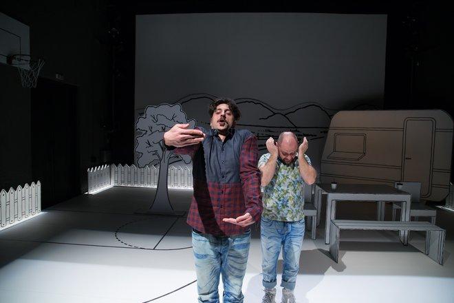 Μια εικόνα απο την παράσταση Πέτρες στις τσέπες του - Θέατρο ΑΘΗΝΑΙΟΝ, Θεσσαλονίκη.