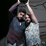 Μια εικόνα απο την παράσταση Πέτρες στις τσέπες του - Θέατρο Κιβωτός.