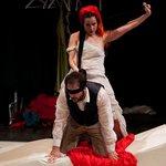 Μια εικόνα απο την παράσταση ΨΥΧΟΛΟΓΙΑ ΣΥΡΙΑΝΟΥ ΣΥΖΥΓΟΥ.