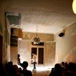 Μια εικόνα απο την παράσταση R.I.P. ROMEOS IOULIETTA PANTA.