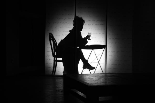 Μια εικόνα απο την παράσταση ΣΒΗΣΕ ΤΟ ΠΡΟΣΩΠΟ ΜΟΥ ΚΑΙ ΞΑΝΑΡΧΙΖΟΥΜΕ.