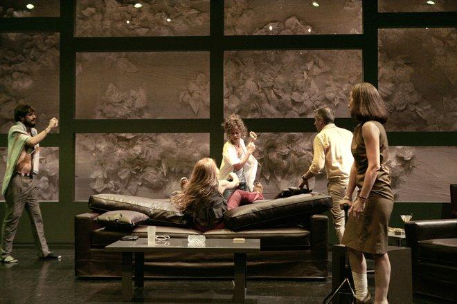 Μια εικόνα απο την παράσταση Στέλλα κοιμήσου.