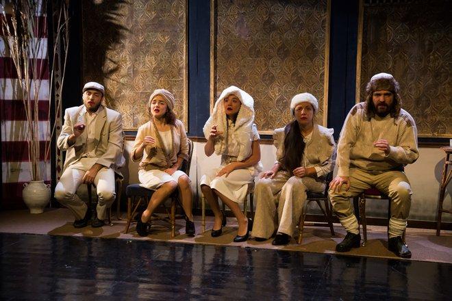 Μια εικόνα απο την παράσταση ΣΤΟ ΜΥΑΛΟ ΤΟΥ ΔΑΝΙΗΛ ΧΑΡΜΣ.