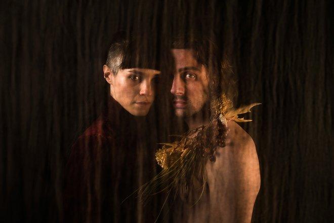 Μια εικόνα απο την παράσταση Τα Δάση στα Γόνατα.