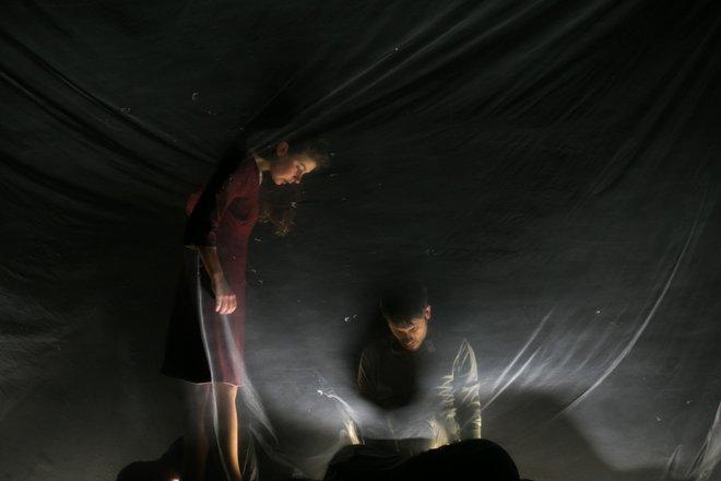 Μια εικόνα απο την παράσταση Τα κόκκινα τετράδια.