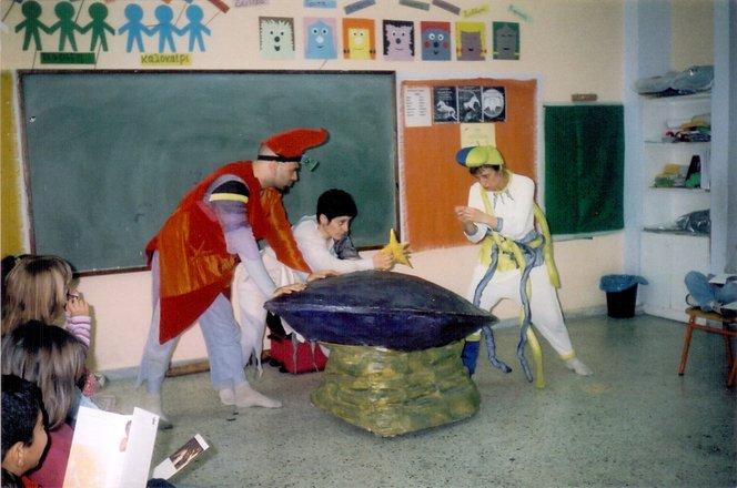 Μια εικόνα απο την παράσταση Τέσσερις αχτίδες συν μία ή Το μεγάλο μπλουμ του Μπρίλη.