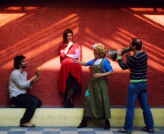 Μια εικόνα απο την παράσταση ΤΙ ΓΛΩΣΣΑ ΜΙΛΑΜΕ, ΑΛΜΠΕΡΤ;.