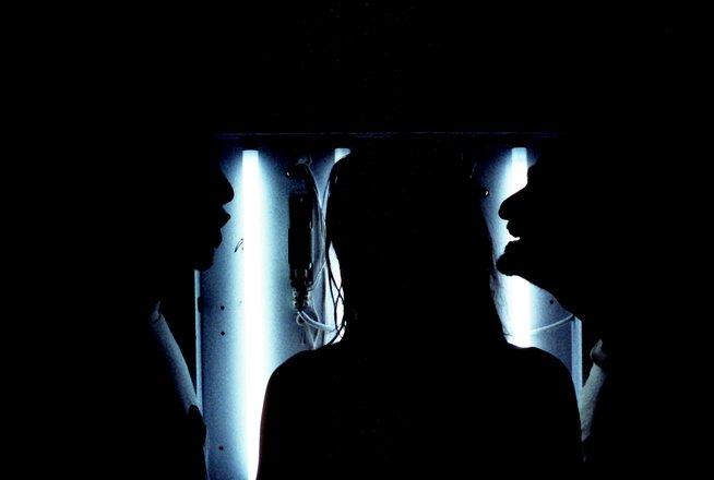 Μια εικόνα απο την παράσταση ΤΡΙΑ.