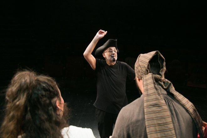 Μια εικόνα απο την παράσταση Ως την άκρη του κόσμου.