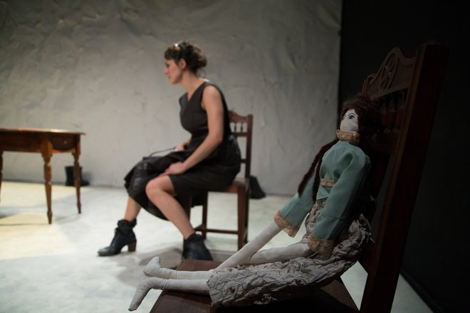 Μια εικόνα απο την παράσταση Χρωματιστές γυναίκες.