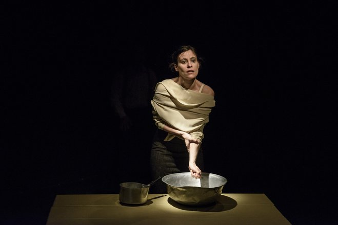 Μια εικόνα απο την παράσταση Υστερόγραφο.